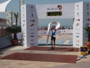 Eneko Llanos, entrando vencedor en el Triatlón Internacional de Abu Dhabi 2010 (Foto Iñigo Mujika)