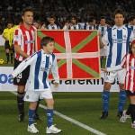 Los capitanes, portando la ikurriña antes del partido Real Sociedad - Athletic Club