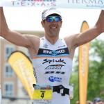 Eneko Llanos, cruzando la meta en Ironman Texas