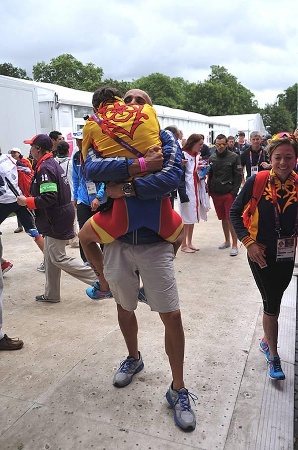 Abrazando a la triatleta Ainhoa Murua tras su buen resultado en Londres (Foto: Finisher Triatlón)