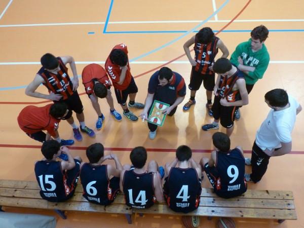 Tiempo muerto en un partido de baloncesto de cadetes. (Foto: Iñigo Mujika)