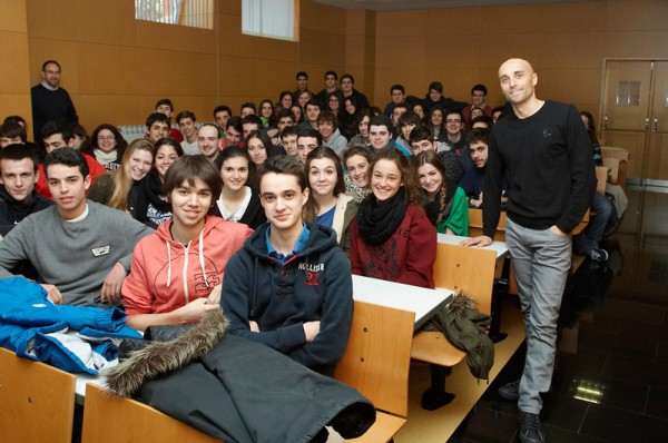 Foto de grupo después de un entretenido intercambio con los estudiantes. (Foto: Fermín Garde Etayo)