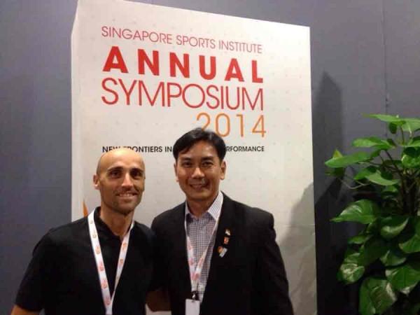 Con mi amigo Frankie Tan en el Singapore Sports Institute (Foto: Iñigo Mujika)